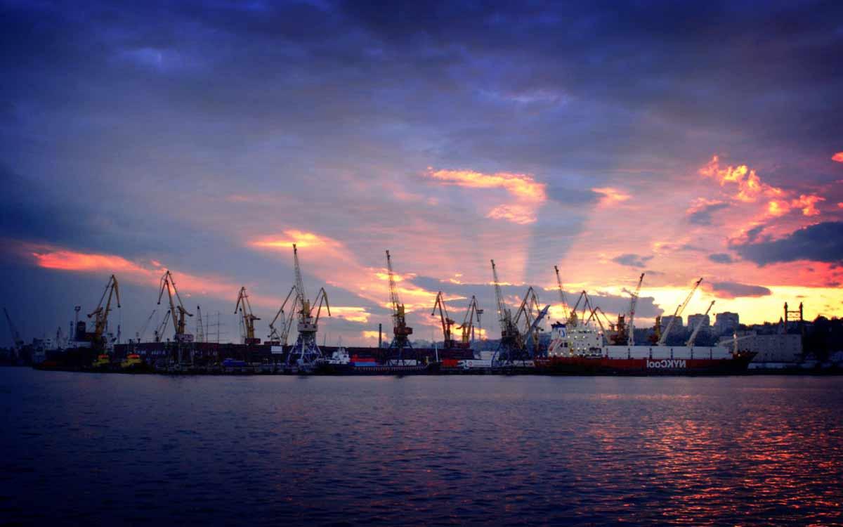 На фото: Порт Мариуполя. Самые большие порты