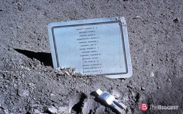 табличка на Луне