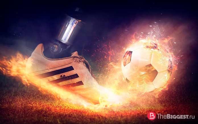 Футбольная обувь и футбольный мяч. CC0