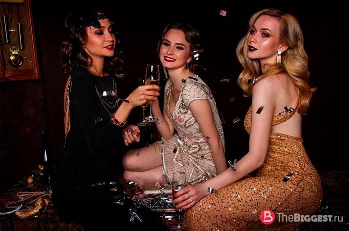 Красивые девушки пьют шампанское. CC0