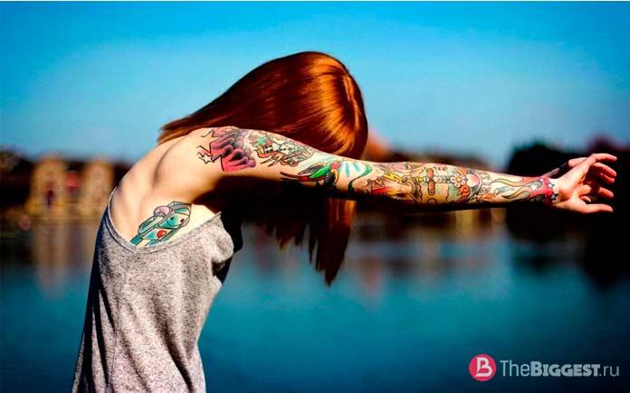 Девушка с татуировкй