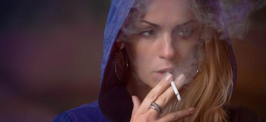 Девушка курит сигарету сс0