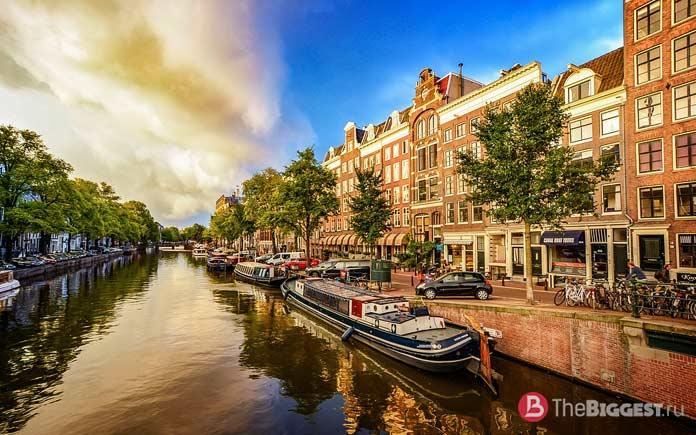 Амстердам - одно из мест, которые Вы должны увидеть в Нидерландах
