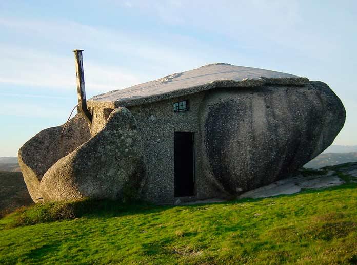 Дом-Камень - одна из самых неожиданных придорожных достопримечательностей Европы