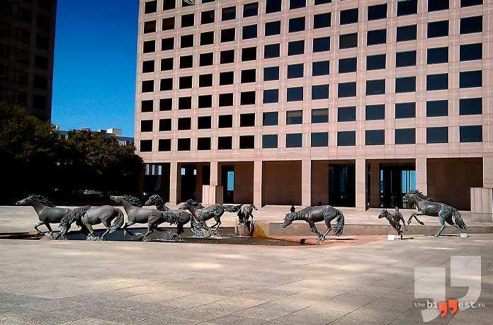 Памятники животным: Фонтан «Мустанги»