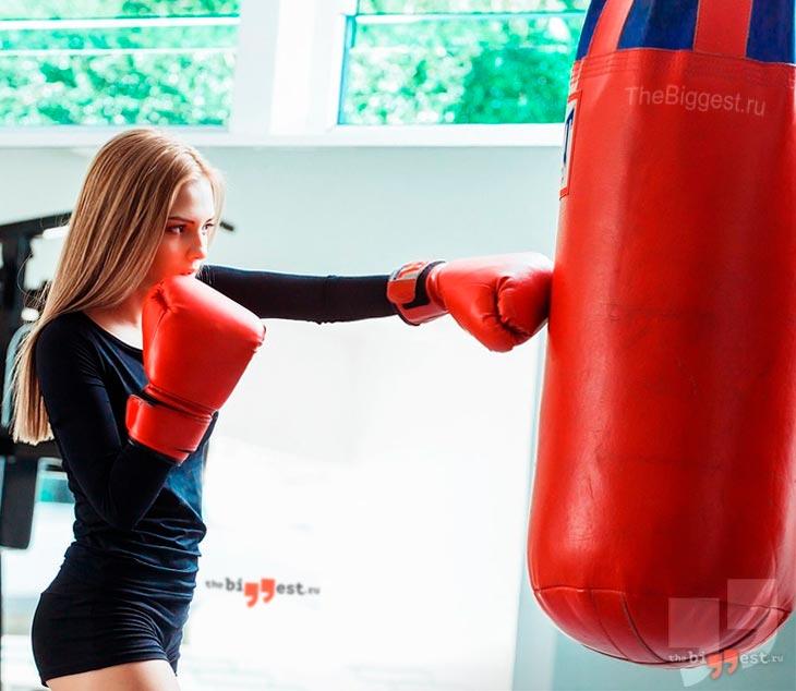 Девушка тренируется на Боксе. CC0